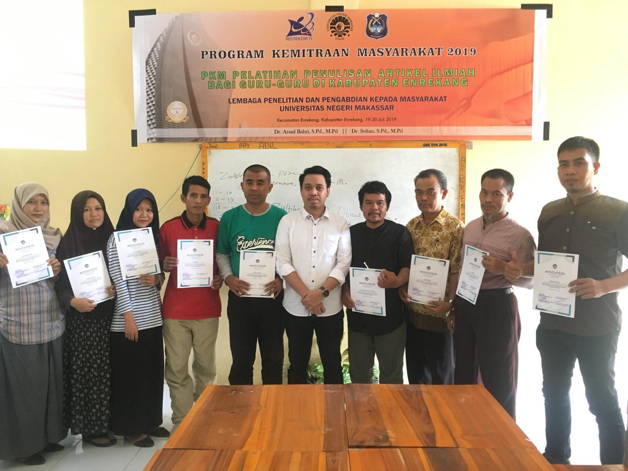Perwakilan peserta menunjukkan sertifikat kegiatan