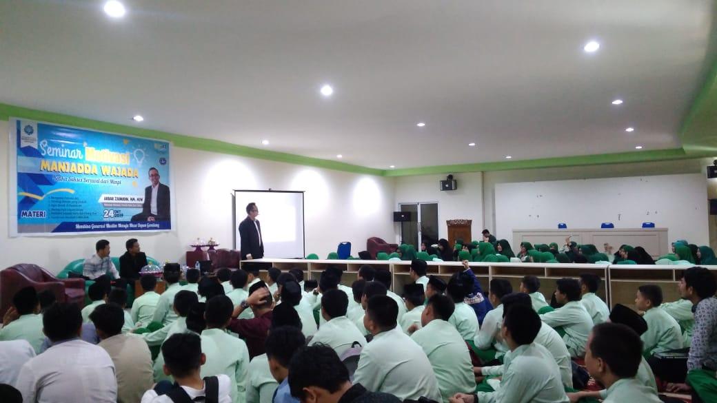 Akbar Zainuddin, penulis buku best seller Manjadda Wajada beri seminar di SMPIT-SMAIT Nurul Fikri Makassar