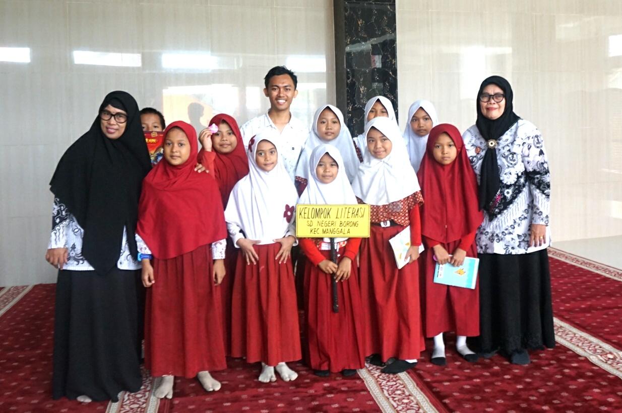 M Galang Pratama beri motivasi literasi di SD Kompleks Borong